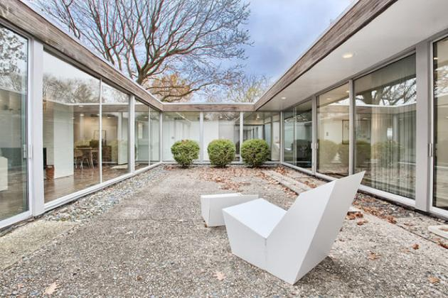 5 Mid-Century Houses Atriums Perfect to Relax
